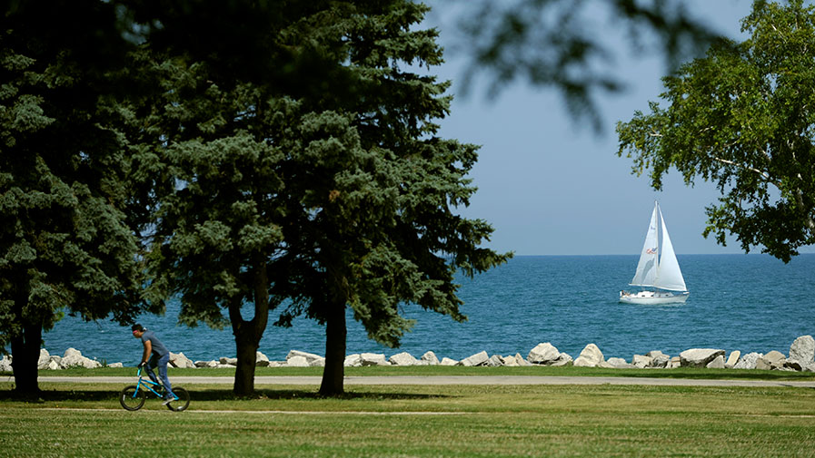 One reason to consider independent living in Kenosha, WI is the proximity of things to do on the dazzling Lake Michigan shoreline.